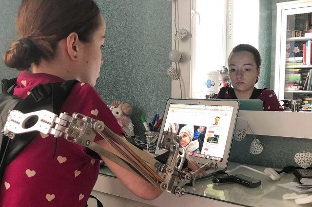 Благодаря экзоскелету спортсменка Александра Агафонова может двигать руками.