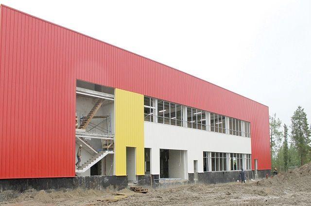 Основные работы по возведению каркаса здания уже завершены, к корпусу подведены инженерные сети.