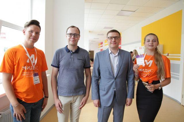 Алексей Текслер пообщался с членами команд, многие из которых, вероятно, будут формировать будущую IT-экономику России.