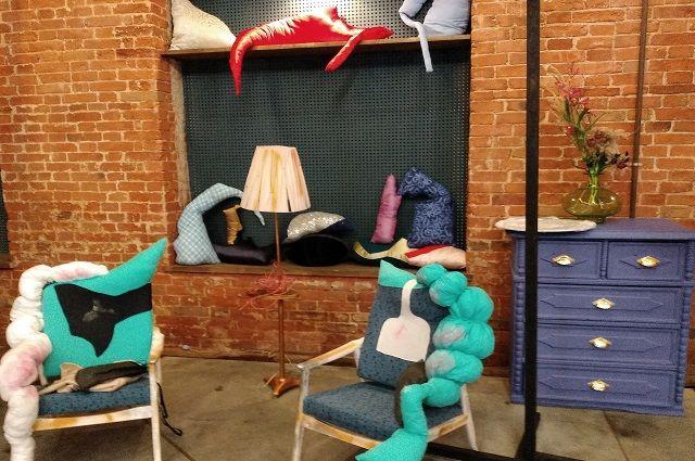 Старая мебель, преображенная с помощью тканей, легко вписывается в интерьер современной квартиры.