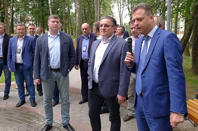 Председатель ТОС «Мой Терепец» Андрей Линков рассказал о новом сквере представителям областной власти.