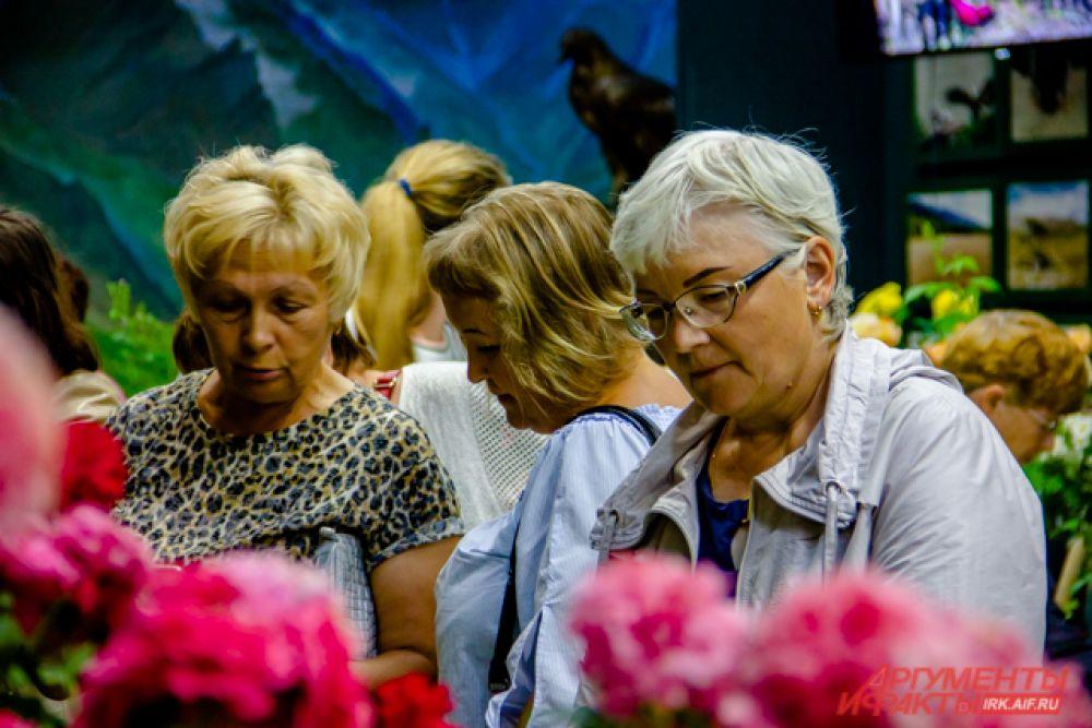 На выставку приходят не только полюбоваться цветами, но и купить себе растения для сада или дачи