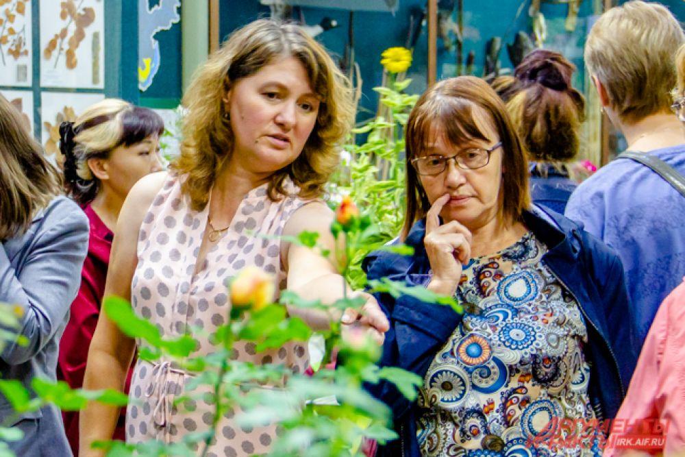 Продавцы-садоводы объясняли любителям в чём разница между сортами и особенностями ухода за ними