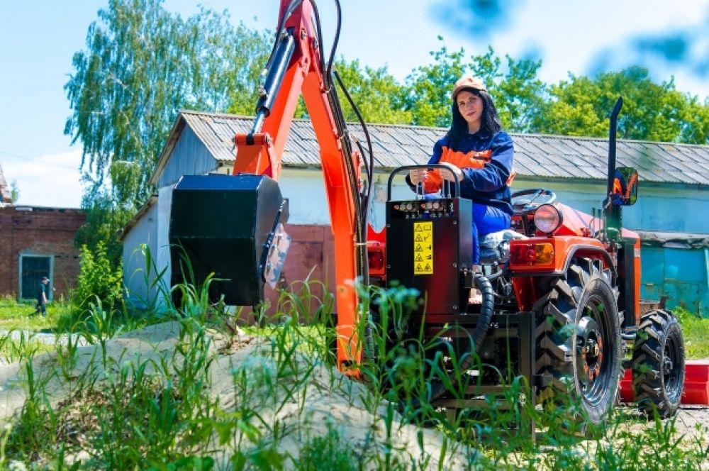 """Инженер ООО """"Трактор"""" Марина Карнаухова тестирует одно из более 50 навесных орудий для минитрактора."""