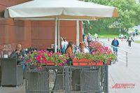 Летнее кафе наНовоясеневском просп., д.7. Аещё врайоне работают 3 летние веранды, где можно перекусить, выпить кофе ипообщаться сдрузьями.