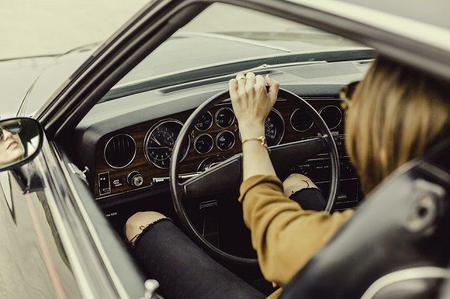 Остановка в неположенном месте, превышение установленной скорости движения – общая сумма административных штрафов превысила 70 тысяч рублей, но штрафы женщина не платила.