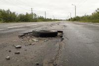 Местные жители резиной помечают опасные участки на дороге.