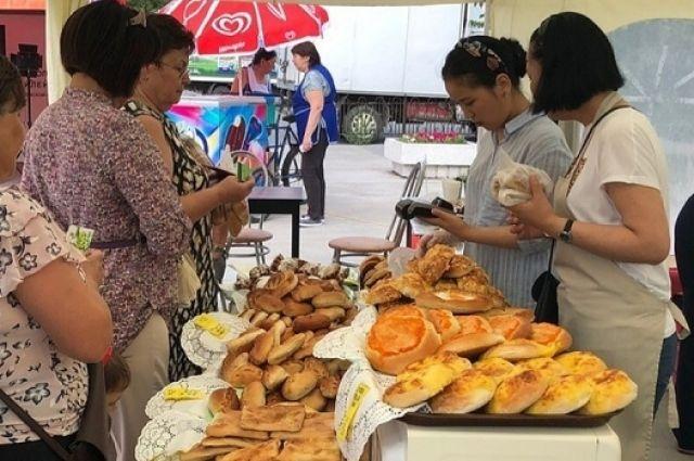 Тюменцы пробуют национальные блюда на гастрономическом фестивале