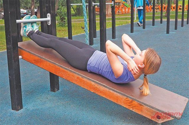 Избавиться от болей в спине молодым мамам помогут упражнения на новом тренажёре, который установили по просьбам жителей по программе «Мой район».