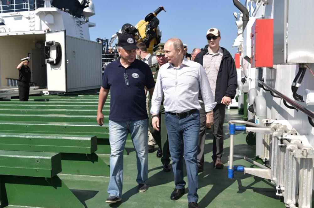 Президент РФ Владимир Путин после погружения в батискафе на дно Финского залива. Слева - министр обороны РФ Сергей Шойгу.