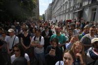 Участники несанкционированной акции в поддержку кандидатов в депутаты Мосгордумы у здания мэрии Москвы.