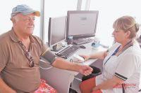 В кабинете терапевта повторно измерят давление– контрольная проверка поможет получить полную информацию.