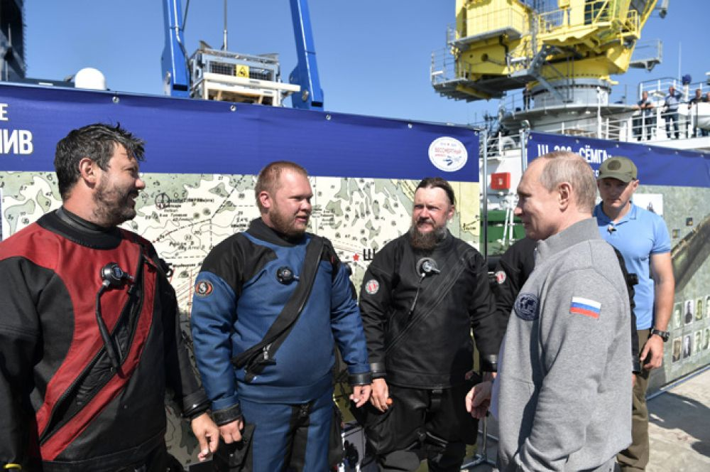 Президент РФ Владимир Путин общается с участниками экспедиции после погружения в батискафе на дно Финского залива.