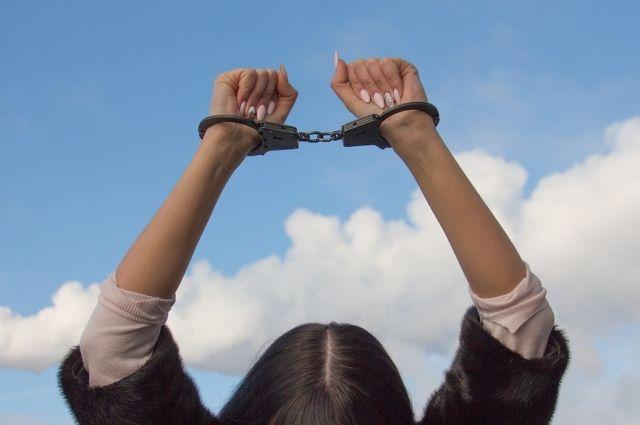 Сотрудники полиции возбудили в отношении женщины уголовное дело по части 1 статьи 111 Уголовного кодекса Российской Федерации («Умышленное причинение тяжкого вреда здоровью»).