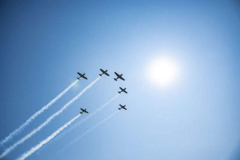 Безусловно, самыми эффектными стали групповые пилотажи таких известных пилотажных групп как «Соколы России», «Русь» и «Барсы» (это, кстати, женская группа).