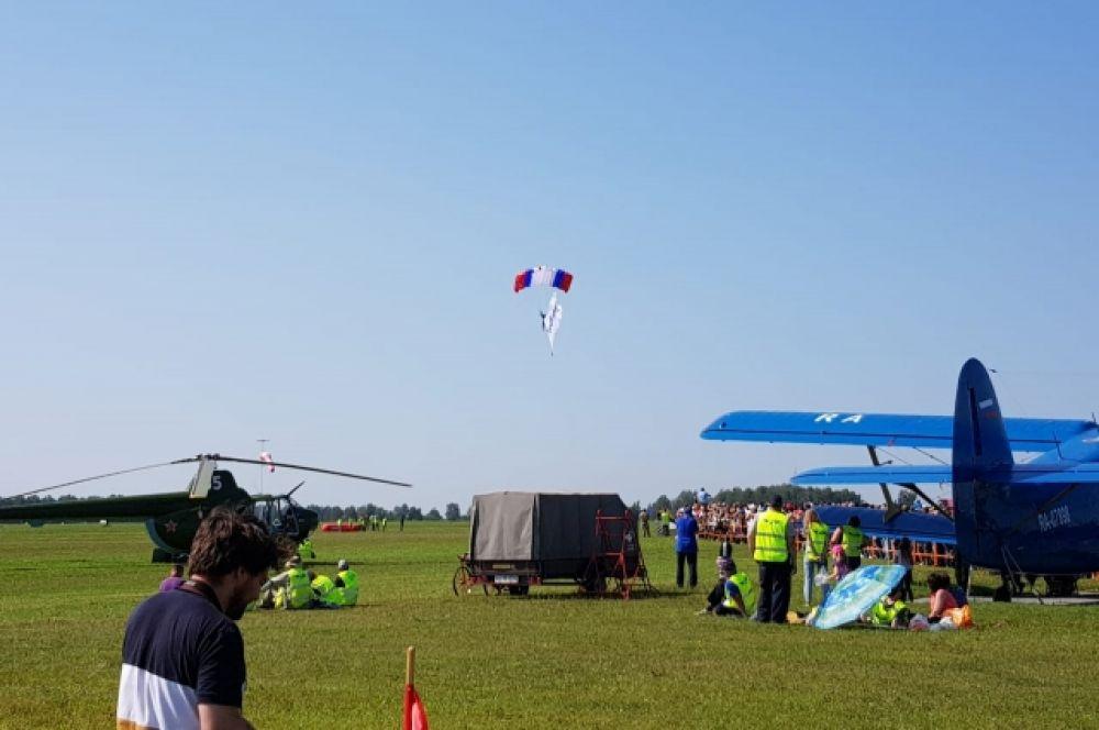В начале праздника перед гостями выступили парашютисты.