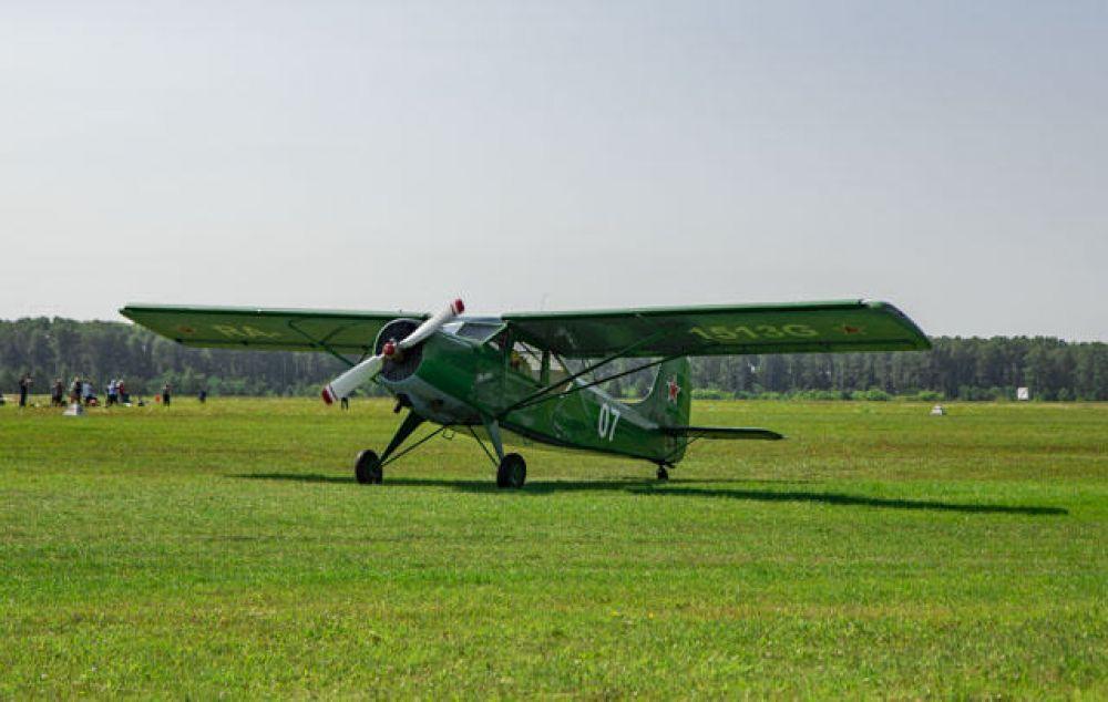 В это же время на земле проходила выставка летательных аппаратов разных лет: среди них были даже раритетные.