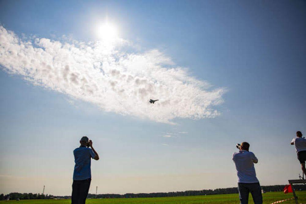 Фотографы пытались поймать каждое мгновение полета.