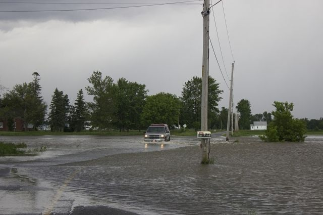 Дороги затопило водой.