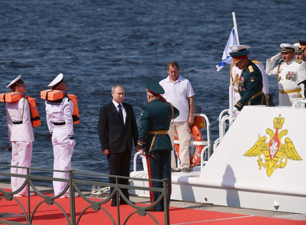 Владимир Путин принимает Главный военно-морской парад по случаю Дня Военно-морского флота РФ в Санкт-Петербурге.