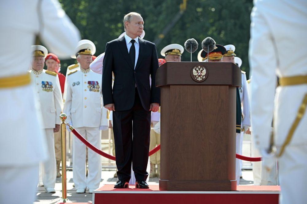 Владимир Путин на Адмиралтейской набережной во время Главного военно-морского парада по случаю Дня Военно-морского флота РФ в Санкт-Петербурге.