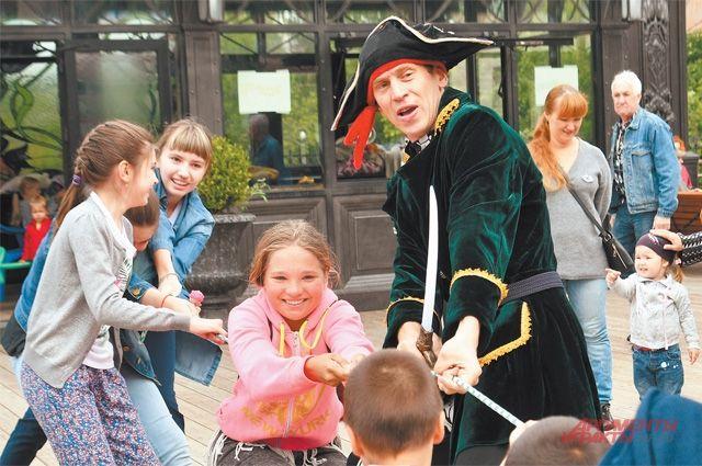 На районном празднике развлекали и взрослых, и детей.