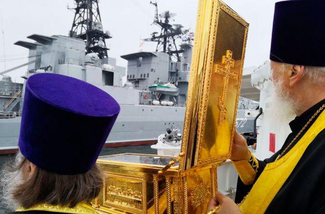 Вместе с командующим ТОФ парадную линию военных кораблей объехали священники