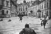 Советские солдаты ведут бои на улицах Львова.