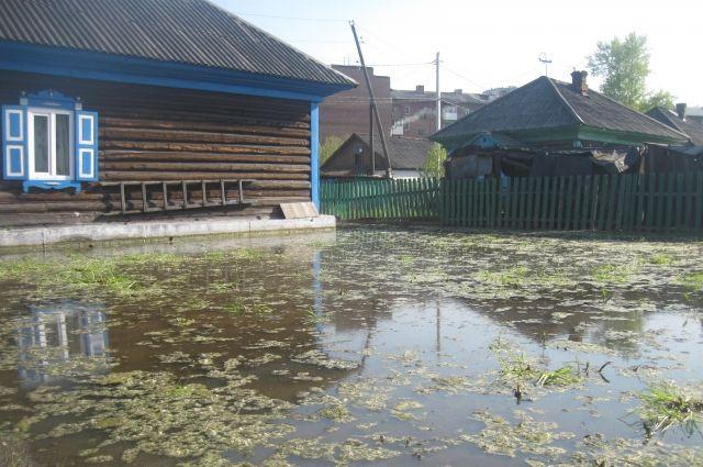 В омском селе затопило дома и дороги - власти бездействуют