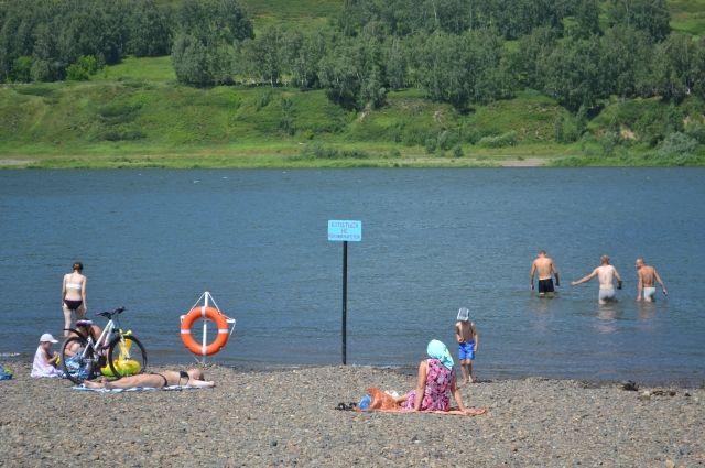 После застолья молодые люди в пьяном виде пошли купаться.
