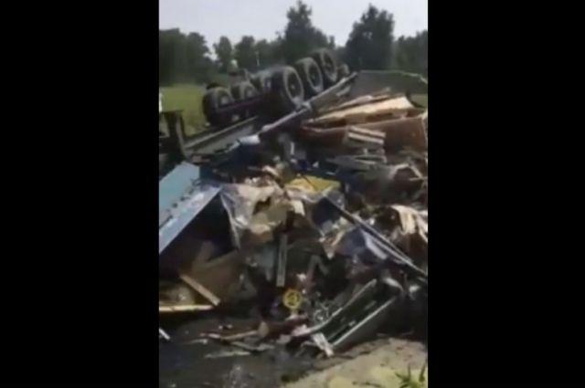 Нет воды и еды: водитель разбившейся под Тюменью фуры спит на месте ДТП
