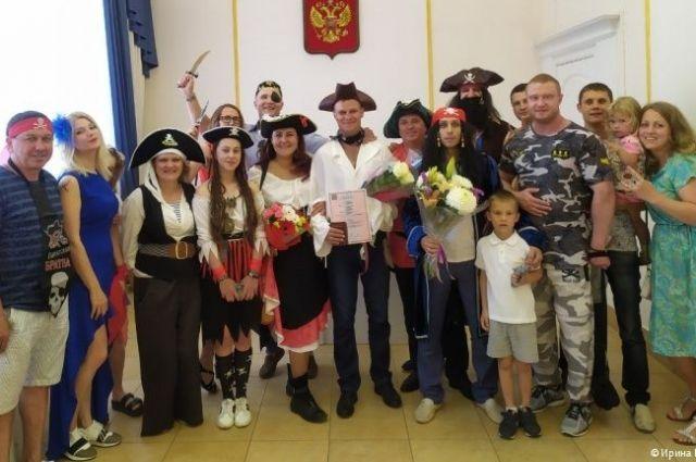Необычная церемония бракосочетания прошла в ЗАГСе Дзержинского района.