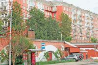 У подножия двух лестниц, ведущих во дворы «красных домов», сегодня располагается кафе «Андиамо».