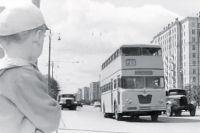 Короткое время в Москве 1960-х ходили двухэтажные немецкие автобусы. Это уникальные кадры из фильма «Я купил папу» Фрэза. Потом машины разрезали на металлолом.
