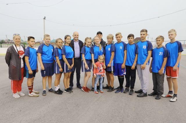 В этом году на средства «Народных инициатив» в деревне Карлук. закупили форму для футболистов.