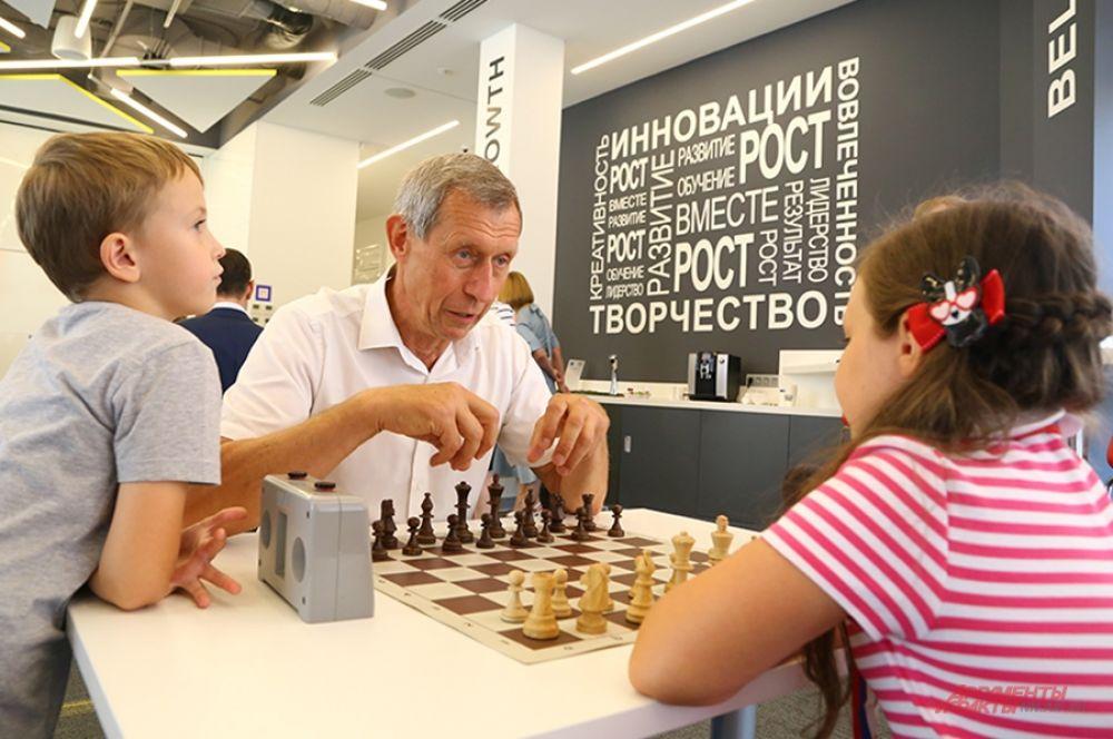 Депутат городского парламента Сергей Горин соперничал с обладательницей первого места среди девочек в городском турнире по шахматам «Гамбит-2019» восьмилетней Марией Ныровой