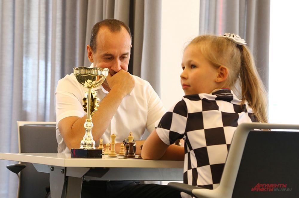 Члену правления Торгово-промышленной палаты Нижегородской области Денису Лабузе досталась самая титулованная участница – девятилетняя Света Горячева.