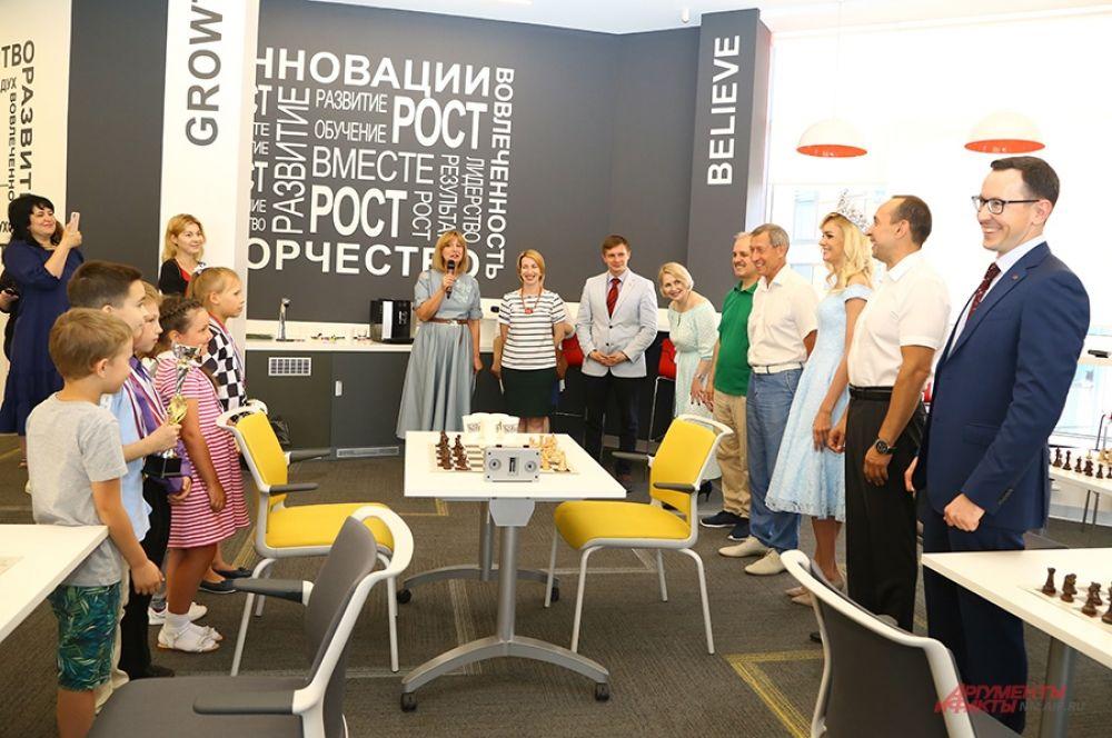 Участники турнира, команда юных шахматистов против команды известных нижегородцев