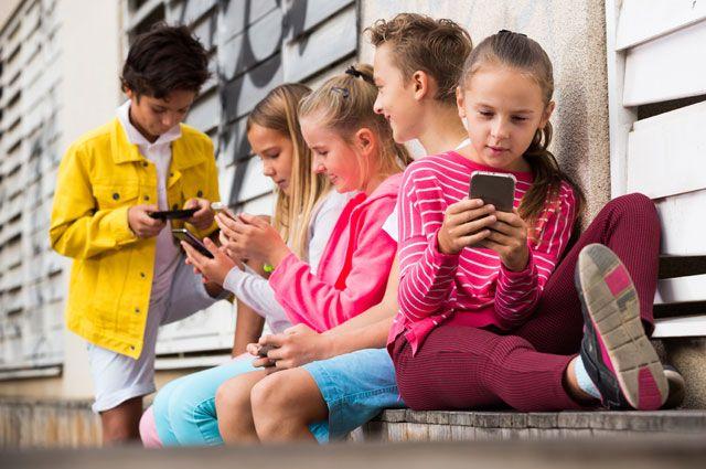 Хорошо детям летом в деревне. Можно на свежем воздухе в гаджеты поиграть.