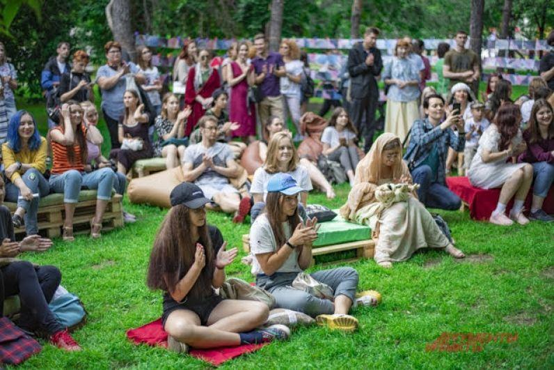 Гостей мероприятия ждали фотозона, подарки, приятная акустическая музыка и проникновенные стихи новосибирских творцов.