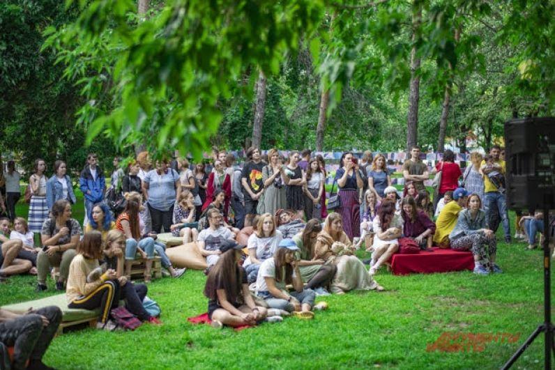 Мероприятие собрало сотни неравнодушных к творчеству новосибирцев. Организовал акцию молодежный центр «Территория молодежи» при поддержке комитета по делам молодежи мэрии города Новосибирска.