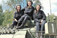 Экипаж машины боевой (слева направо): ст. лейтенант Дарья Сиротенко, механик-водитель, ст. лейтенант Марина Пушкарёва, наводчик-оператор, лейтенант Анастасия Баранова, командир танка.