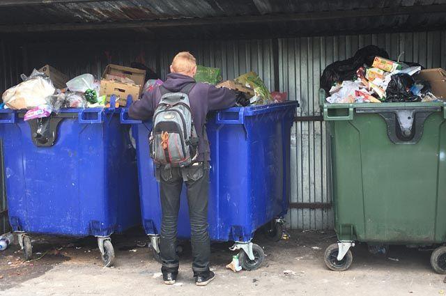 Контейнеры с мусором переполнены. И стоят они далеко от жилого сектора.