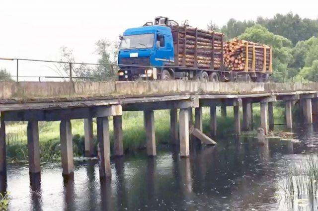 По аварийному мосту в Ильинском районе (на фото слева) продолжают ездить грузовики и лесовозы, а намосту по улице Смирнова почти четыре месяца зияет огромная дыра