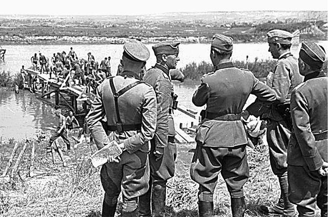 Румынско-германские войска 22 июня 1941 года на реке Прут, по которой с 1940 г. проходила совет- ско-румынская граница. Немецкое командование, не доверяя румынам, укрепляло их подразделения германскими солдатами и офицерами.