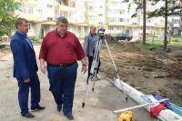 Ход работ инспектируют руководство города и сами саянцы.