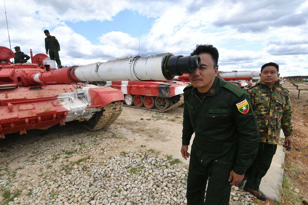 Военнослужащий команды армии Мьянмы вовремя пристрелки помишеням.