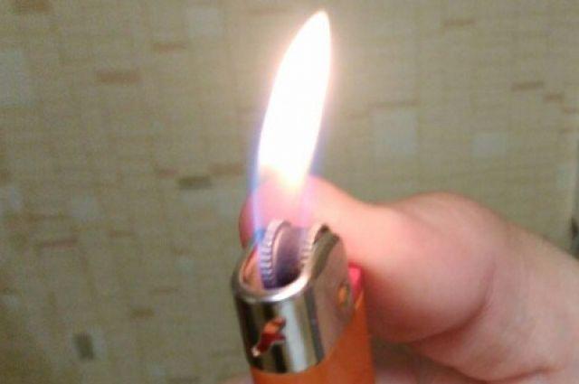 Во время ссоры мужчина зажигалкой поджёг на женщине брюки.