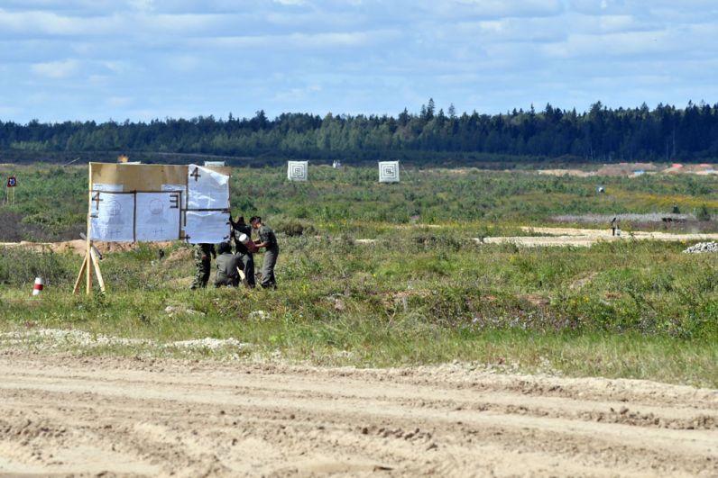 Мишени наподмосковном полигоне «Алабино» вовремя пристрелки помишеням изтанков.