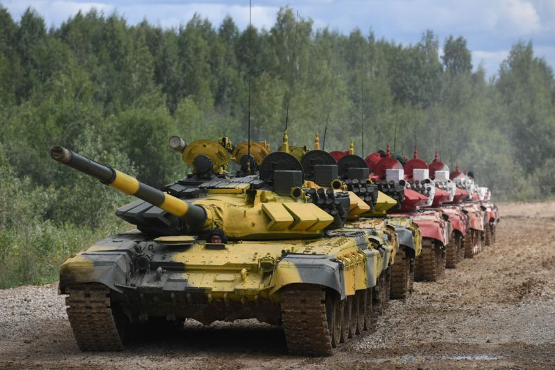 Колонна танков Т-72Б3во время подготовки кмеждународным соревнованиям «Танковый биатлон-2019» наподмосковном полигоне «Алабино».